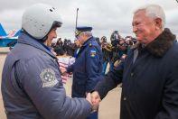Олег Демченко приветствует ведущего пилотажной группы «Русские Витязи» Андрея Алексеева