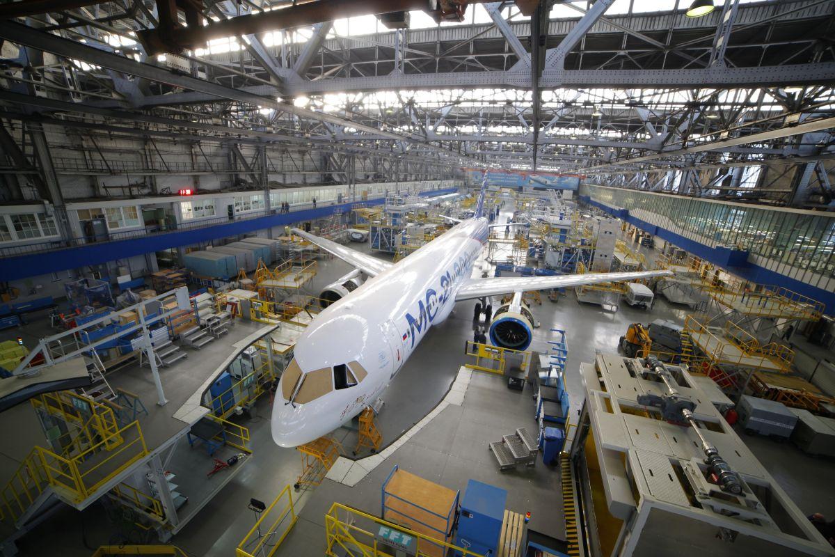 Самолет МС-21-300-0001 в цехе окончательной сборки завода Иркут